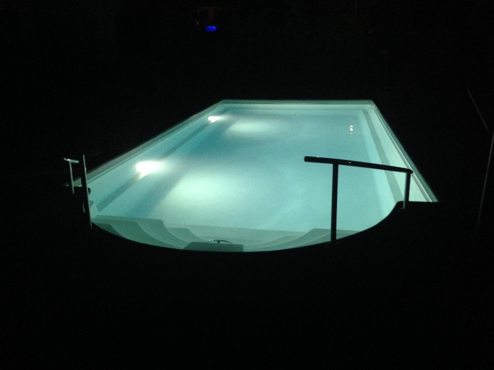 unterwasserbeleuchtung im pool sorgt f r eine angenehme atmosph re. Black Bedroom Furniture Sets. Home Design Ideas
